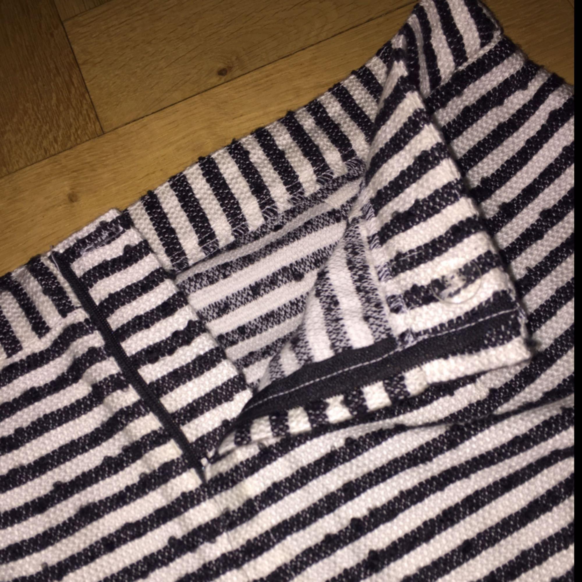 Knappt använd kort kjol från monki i jätteskönt grövre tyg. Har inte kommit till användning. Priset är inklusive frakt. . Kjolar.