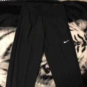 Nya Nike tränings byxor i medium nypris 500