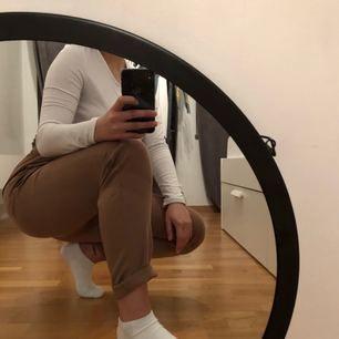 Sjukt fina kostymbyxor. Säljer då dom är för långa i benen. Storleken säger L men har man lite större lår så kommer den absolut passa M som jag då har. Eh har man långa ben då kommer L vara svin snyggt också!!