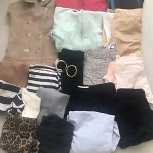 Oanvänd Paket ingår : Jeans X 3 st Jackor X 4 st  Topp x10 Short x5 Byxa x 1 Klänning x 2 Skjortor x 2 Armband x 2 Skor x 1  Solglasögon x 1