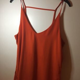 V-ringad chiffong top från hm i orange färg använd 1 gång.