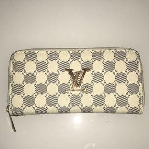 Säljer nu min Louis Vuitton plånbok då jag är i behov av pengar. Sparsamt använd.  Den är i måttet 19,5 x 10 x 2.