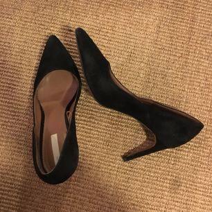 Svarta pumps i äkta mocka! Skorna är i fint skick och endast använd någon gång. Klackhöjd 8 cm. Skorna är sköna att gå i en hel kväll.   Frakt tillkommer och betalning sker via swish.