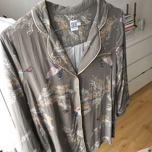 Superfin mönstrad blus/ skjorta från st.tropez. Frakt tillkommer. Kolla gärna in mina andra annonser, samfraktar absolut! ✨