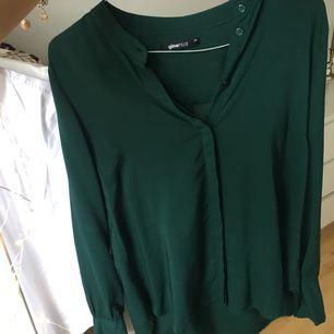 Superfin petrol-färgad skjorta/blus från Gina Tricot. Frakt tillkommer. Kolla gärna in mina andra annonser, samfraktar absolut! ✨