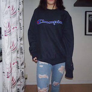 INTRESSEKOLL!!! Älskar min champion tröja, men är rätt kort så drunknar lite i den :( därför säljer jag den om någon verkligen vill ha den!  Köpt i Los Angeles, herrmodell men funkar på coola brudar 😎 Är 157 cm