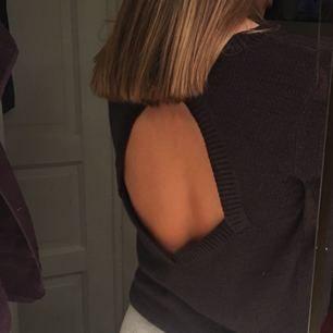 Mörkgrå stickad tröja från Gina Tricot. Öppen i ryggen och helt vanlig framifrån i storlek M men passar helt klart bättre som en S. Möts upp i Falun eller köpare betalar frakt!