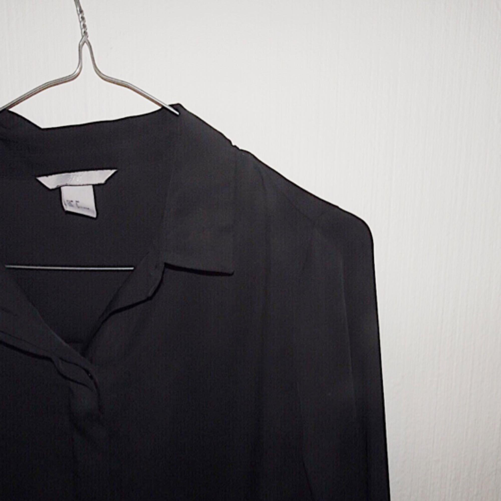 Enkel och snygg blus. Otroligt skönt material, perfekt för kontoret. Köparen står för frakten.. Blusar.