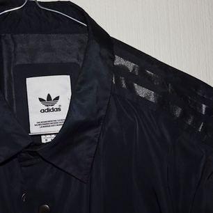 Jättefin adidas originals regnjacka. Köpt i Köpenhamn!  Kan mötas upp i Stockholm/Södertälje. Mottagare betalar frakt!