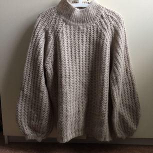 Stickad tröja från Lindex med breda ärmar, oanvänd.