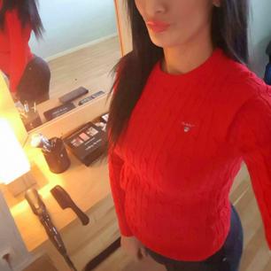Äkta Gant tröja   Använd 2 gånger  Färgen är röd  Mitt pris 500 Kvitto finns.
