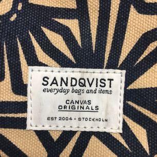 Väska från Sandqvist. Sparsamt använd. Plats för 13' dator.  Exklusive frakt.