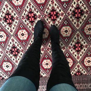Super trendiga over knee stövlar från Nelly.com i svart mocka imitation. Klacken är 3,5 cm hög. Skorna är nyklackade hos skomakaren. Skon är storlek 40 men min mamma som har en storlek 40 får inte på sig dem, därför skulle jag säga att de är storlek 39.