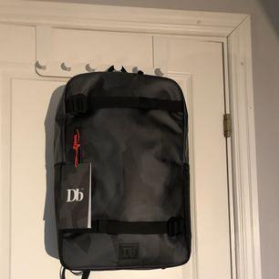 """Douchebag the scholar black camo limited edition i mycket fint skick endast använd 2gånger! Jag tycker om väskan och designen väldigt mycket men måste tyvärr sälja den då den är för liten för mina behov. Den är helt slutsåld på douchebags hemsida där jag köpte den och jag skickar med """"kvittot"""" och """"tagsen"""" som satt på väskan. Nypris cirka 1399kr  OBS! Köpare betalar frakt"""