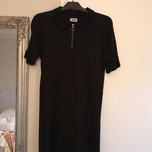 T-shirt klänning från weekday. Grymt snygg och skön!   Kan mötas upp i Göteborg, annars står köparen för frakten som tillkommer.