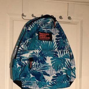 """Ryggsäck från superdry som är helt oanvänd så att alla """"tagsen"""" finns kvar på väskan. Nypris cirka 500kr  OBS! Köpare står för frakt"""