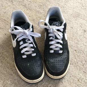 Snygga Nike Air. Väldigt smutsiga på bilden och rengörs självklart innan köp. Kan mötas upp i Lund annars skickas de mot fraktkostnad!