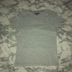 Ja säljer min Tommy hilfiger T-shirt som jag endast använt en gång sen ja köpte den, inköpt på NK men kommer inte till användning, frakt tillkommer🌸