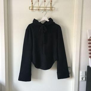 Svart huvtröja i fleece med band vid halsen som går att knyta, köpt på Madlady, använd ca 4 gånger. I nyskick. Köparen står för frakt.
