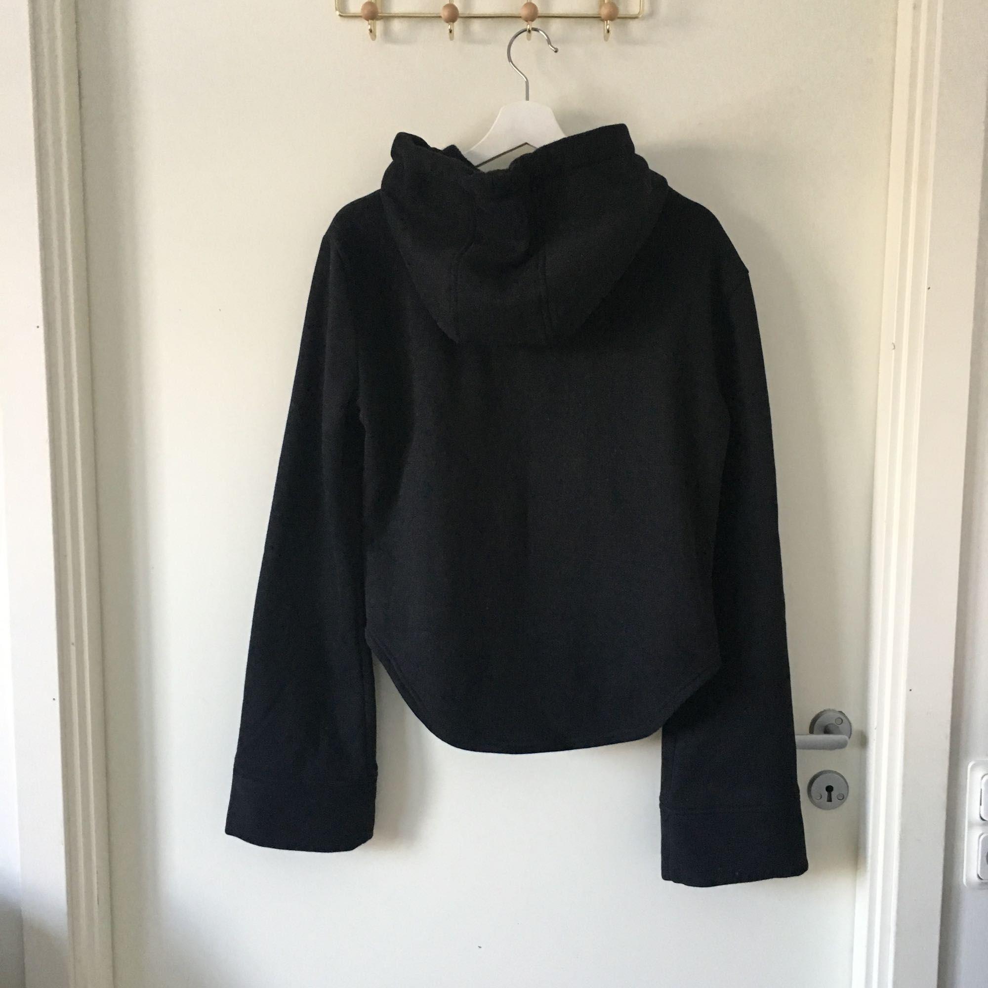 Svart huvtröja i fleece med band vid halsen som går att knyta, köpt på Madlady, använd ca 4 gånger. I nyskick. Köparen står för frakt.. Huvtröjor & Träningströjor.