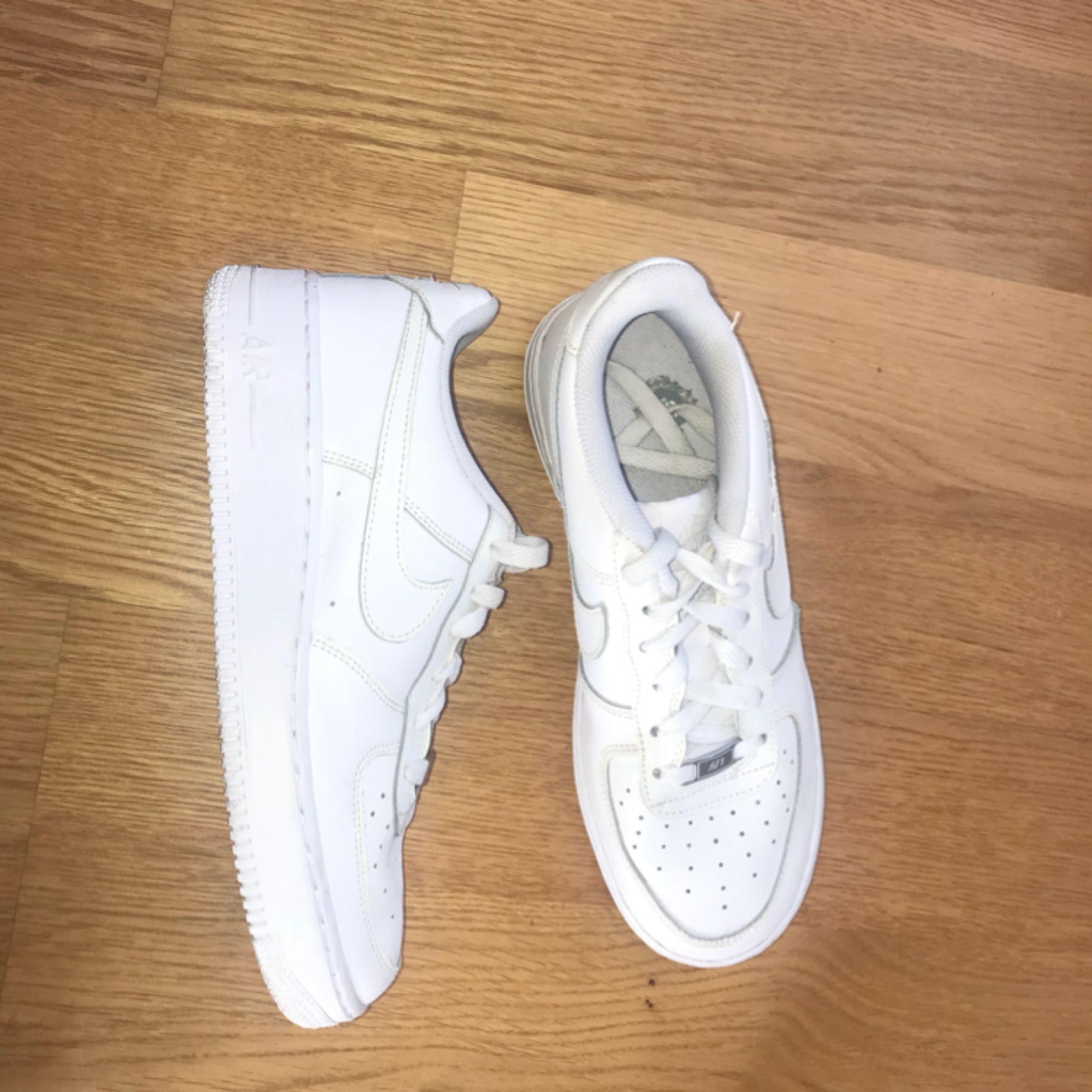 brand new c2397 9a61b ... sports shoes 72409 d7f9d Vita Nike air force one dam i storlek 39. Näst  intill