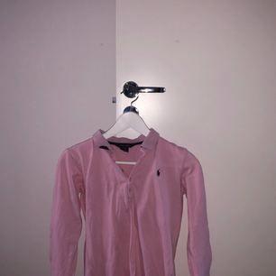 Ralph Lauren tröja, från barn avdelning storlek XL men passar en vuxen XS. Den e ganska använd och vill gärna bli av med den. Pris kan diskuteras, möts upp i Stockholm.