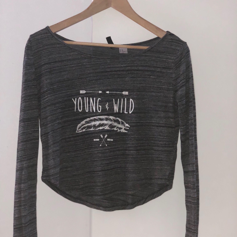 Långärmad grå tröja från H&M. Köpte den i finland för 150kr, säljes pga jag inte använder den.  Den är ish som en crop top, speciellt när en räcker upp handen. Det är en jättefin och mysig tröja.. Tröjor & Koftor.