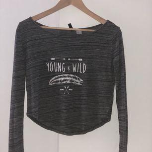 Långärmad grå tröja från H&M. Köpte den i finland för 150kr, säljes pga jag inte använder den.  Den är ish som en crop top, speciellt när en räcker upp handen. Det är en jättefin och mysig tröja.