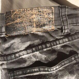 Spräckliga gråsvarta jeans från Cheap Monday. Fint skick förutom lappen där bak som ser sliten ut. Rätt tunt jeanstyg, och tight fit runt benen. Kan mötas upp i Stockholm eller posta, frakt tillkommer isf! Bara att höra av dig om du har några frågor! ☺️💞