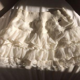 Söt kjol från Hollister som jag älskade när jag var yngre men nästan aldrig vågade använda. Lyckades dock spilla på den en av de få gånger jag gjorde det, så det är tre små fläckar på sidan (sista bilden), men iom volangerna syns de knappt. Kan mötas upp i Stockholm eller posta, frakt tillkommer isf! Bara att höra av dig om du har några frågor! ☺️💞