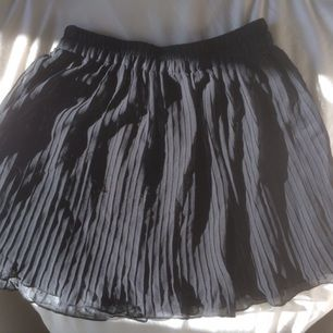 Supersöt veckad kjol som är lite sheer. På baksidan är det nästan som lite nopprigt av trådar, försökte få bild på det på sista bilden. Annars i jättefint skick! Kan mötas upp i Stockholm eller posta, frakt tillkommer isf! Bara att höra av dig om du har några frågor! ☺️💞