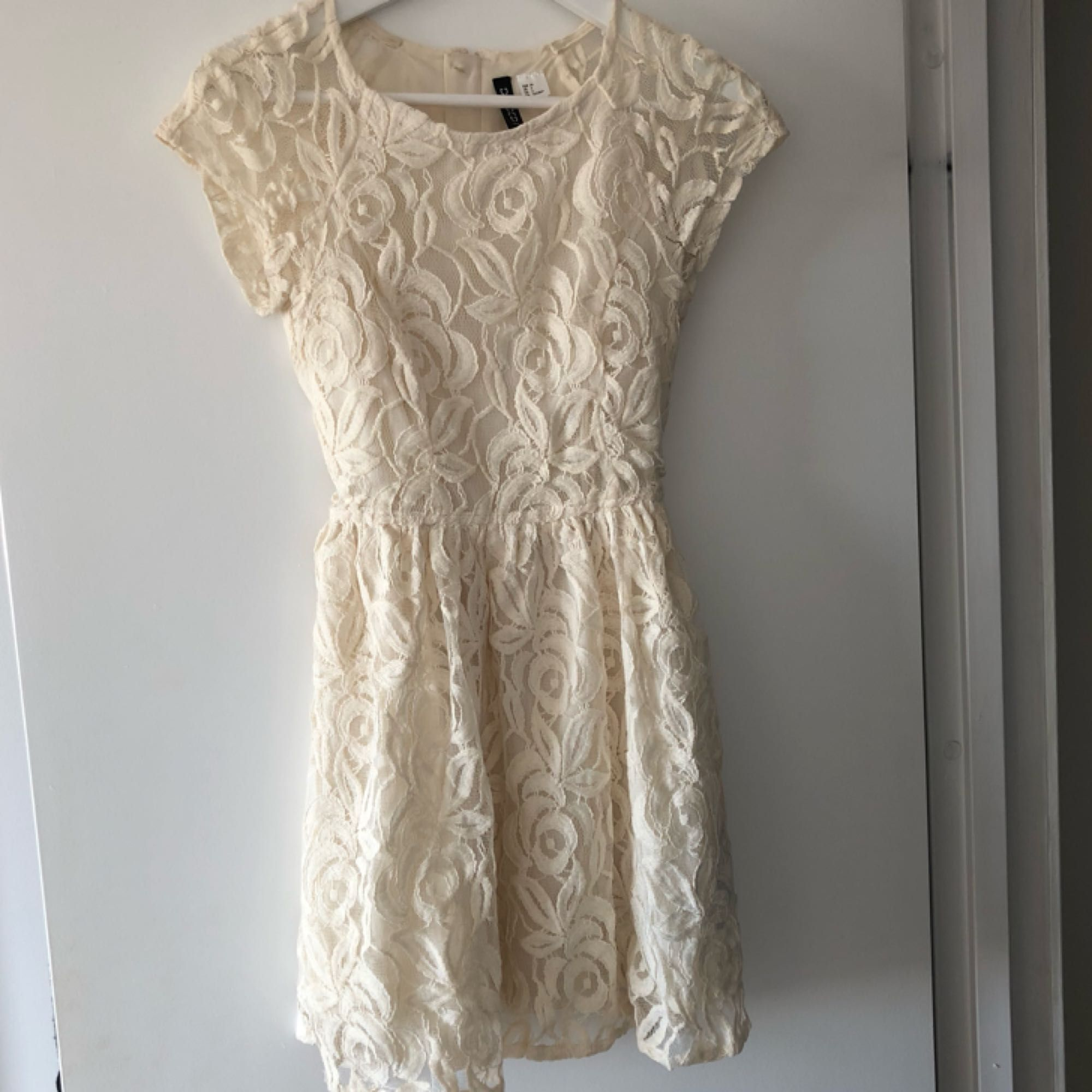 f3fb396d9622 Gräddvit klänning i spets från H&M, perfekt inför studenten exempelvis.