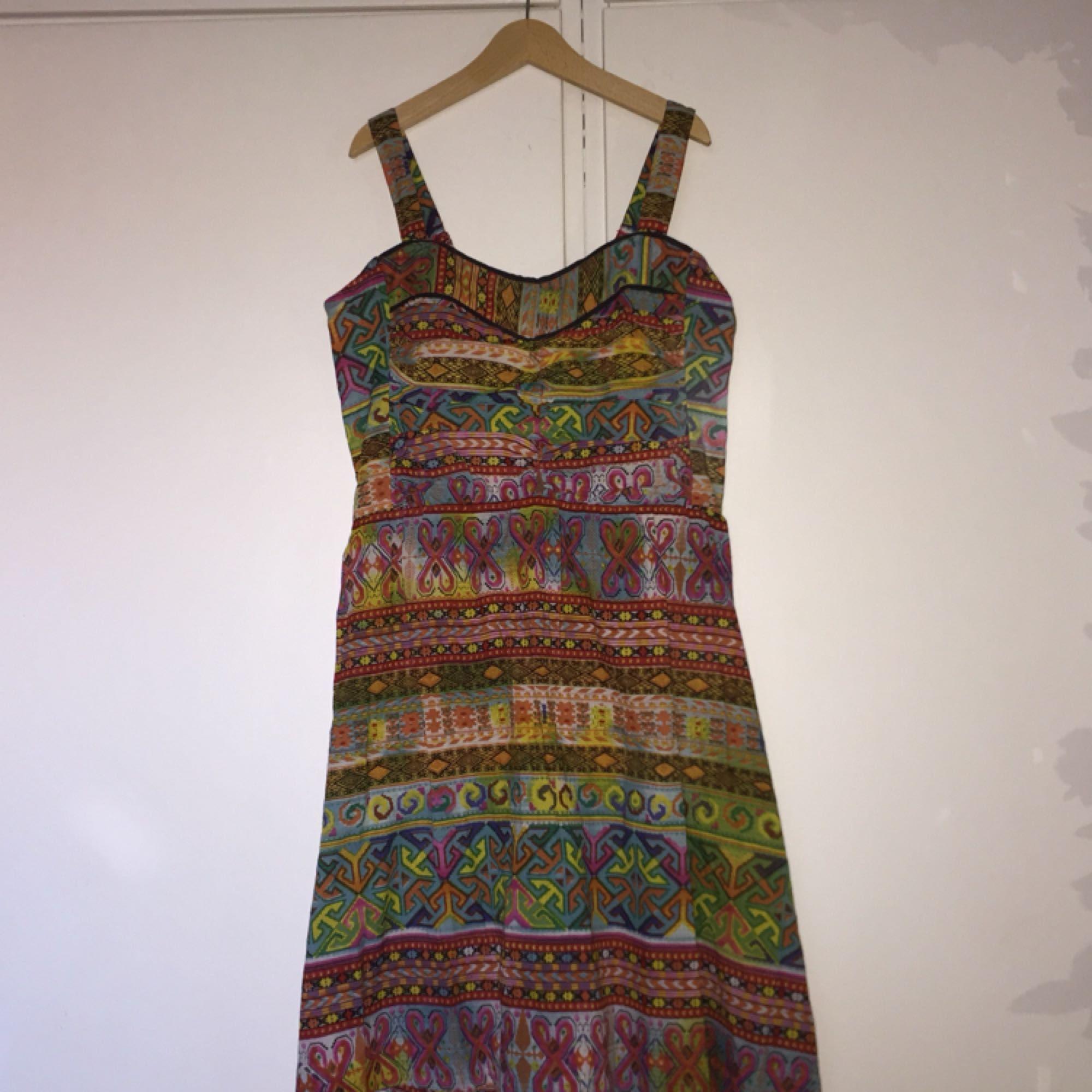 527a53d7c50a Rolig mönstrad klänning från Indiska. Strl XS/S. Plagget är knappt använt  och ...