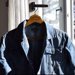 Ärvd jeansjacka som fortfarande är i fint skick. Säljer pga för liten storlek för mig, skulle säga att den passar xs-s bäst, medan jag oftast är M. Kan mötas upp i Stockholm eller posta, frakt tillkommer isf! Hör av dig om du har några frågor! ☺️💞