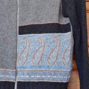 Stickad/virkad tröja med fint mönster på framsidan. Ganska liten i storleken. Kan mötas upp i Stockholm eller posta, frakt tillkommer isf! Hör av dig om du har några frågor! ☺️💞