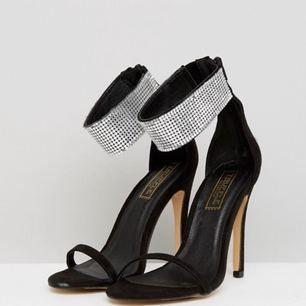 Snygga högklackade skor från Asos. Aldrig använd, endast prövad då de var för stora i storleken. Det står storlek 36 men passar mer en 37. Nypris 462:-