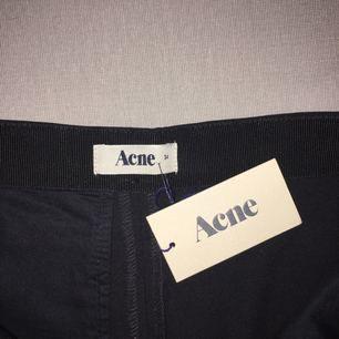 Ett par helt nya, aldrig använda acne studios kostymbyxor. De sitter perfekt och är svala och bekväma. Ordinarie priset är 3000 kr.
