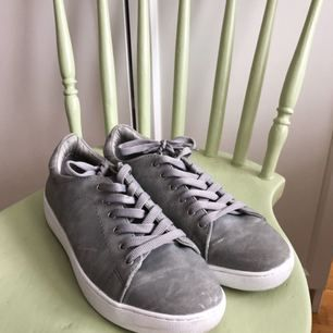 Sneakers från Dinsko (XIT). Använda max 3 gånger så de är fräscha men med några små repor.  Ej äkta läder.