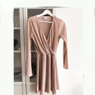 Ljust rosa, plisserad klänning från Nelly