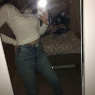 Supersnygga ljusblåa Mom-jeans från Monki! Modellen på jeansen heter Kimono och är lite cropped. Storlek 25 midja🤩
