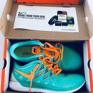 Helt nya Nike free 5.0❣️alltså nyskick!! Köptes för 1200 och säljer nu för 300 Säljes pga fel storlek, men sååå himla snygga och sköna. Dessa skulle även passa en 40 eftersom Nike  är ganska små i storlekarna Storlek: US:9.5 UK:7 EUR:41 cm:26.5  Skriv gärna om du har frågor!!
