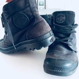 Palladium skor svarta strl 39❣️ Supersköna att gå i, passar till alla outfits. Använt skick därav priset Skriv gärna om du har frågor!!