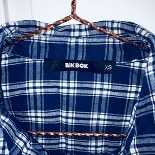 Blå rutig skjorta från BIKBOK, nyskick❣️ Superfint att ha uppkavlade armar, eller knyten runt midjan. Strl XS skulle även passa S. Skriv om du har frågor!!