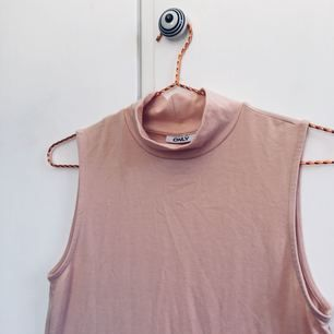 Fin topp, kortare modell från Only, nyskick❣️ En nude,mave rosa/beige färg. Strl M men passar mig som har S Skriv gärna om du har frågor!!