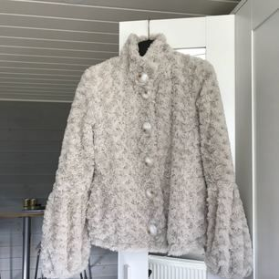 Päls / faux fur jacka i beige färg, i fint skick. Kan mötas upp i Göteborg annars frakta mor kostnad