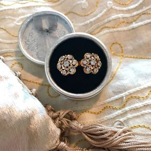 Jättefina guldörhängen med glittriga vita stenar. Aldrig använda. Ca 2 cm i diameter.  Frakt ingår vid snabb affär ☺️