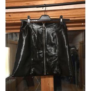Kjol i från märket STAY, har bara används 1 kväll under nyår✨  Köparen står för frakt som blir 45kr 📮  Katt finns i hemmet 🐈