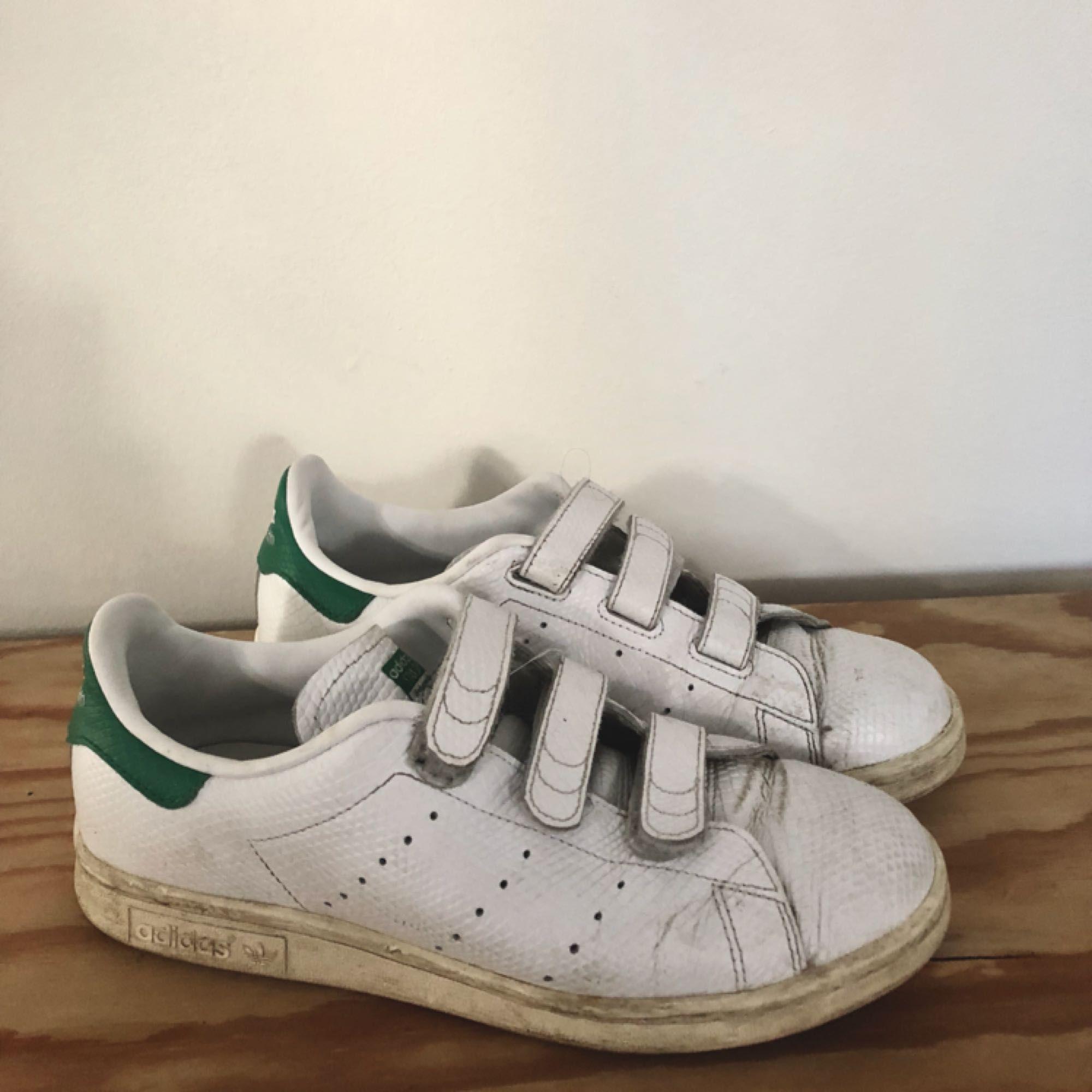 Adidas Originals i ormskinns imitation! De är rätt välanvända men ACK så sköna!
