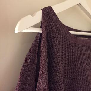Snygg lila open shoulder tröja från Hollister! Använd men i fint skick!