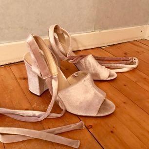 Skitsnygga skor i velour! Köpte dem i New York på TjMaxx men har bara kommit till användning ett fåtal gånger. Köparen står för frakt.